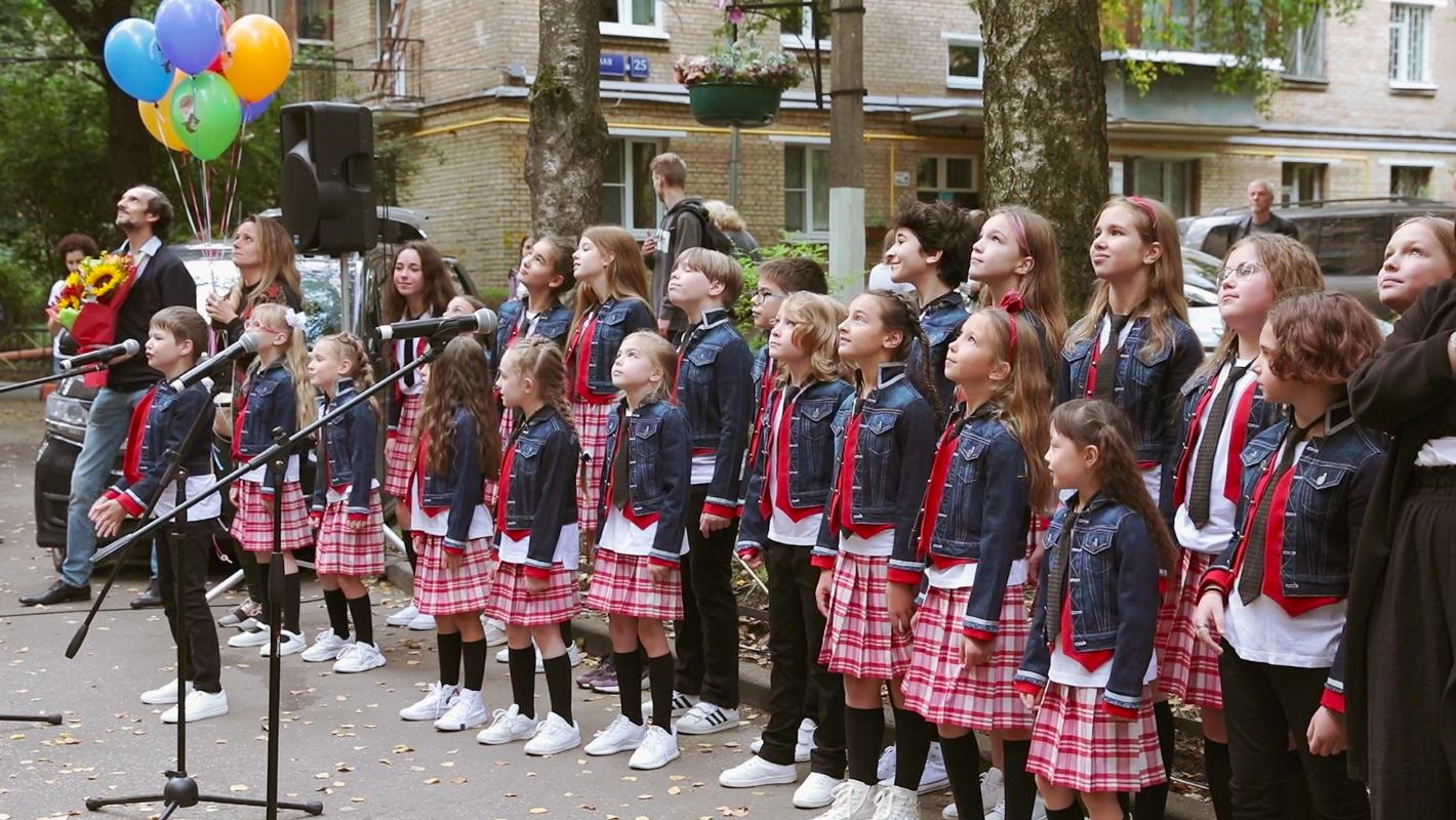 Детский хор поздравил Леонида Шварцмана со 100-летием во дворе дома режиссера